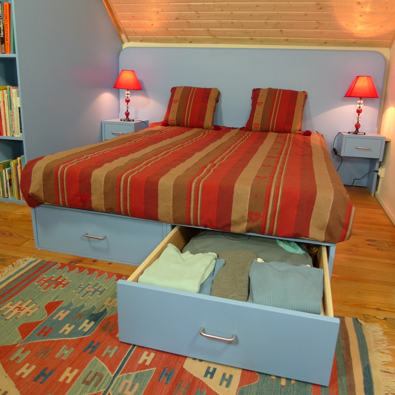 http://www.atelierhamot.fr/W1/wp-content/uploads/2011/09/lit-à-tiroirs-1.jpg